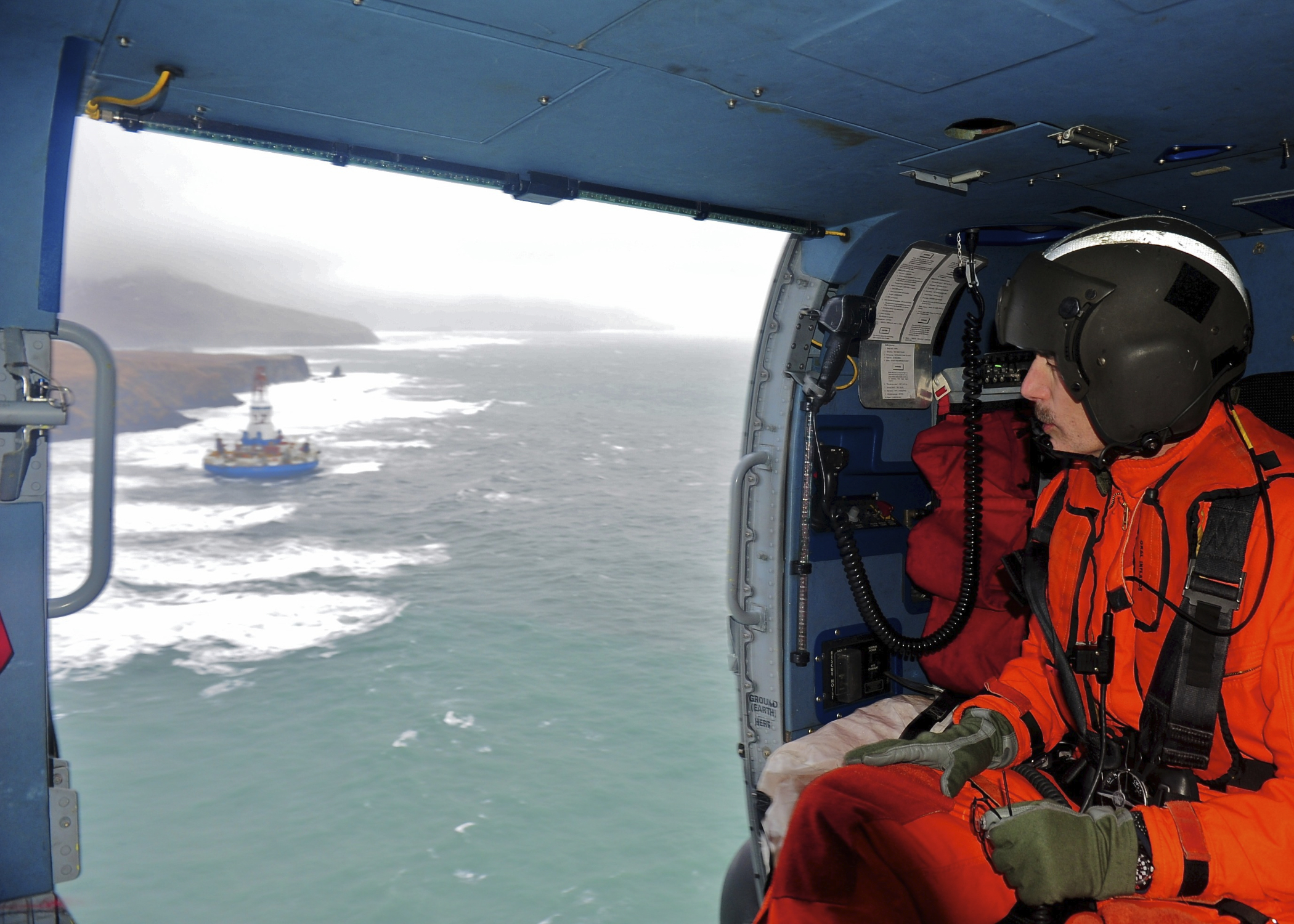 130101-G-IA651-584-Coast-Guard-overflight-of-Kulluk-aground